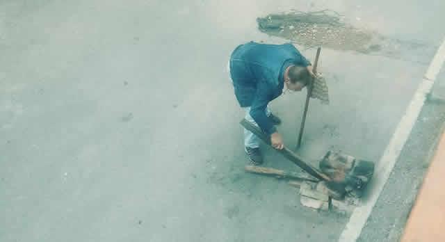 Residente de Camilo Torres incomoda a sus vecinos cocinando en la calle en medio del toque de queda