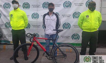 Policía captura  dos personas por orden judicial y recupera bicicleta en Soacha