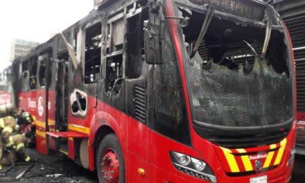 Se incendia bus de Transmilenio en la troncal Caracas, ver video