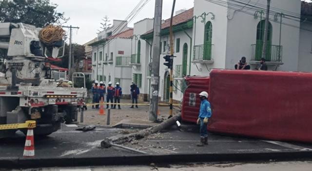 En plena avenida Caracas se volcó   camión y tumbó un poste de luz