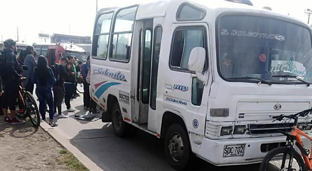 Accidente entre colectivo y un bicitaxi en la autopista Sur de Soacha