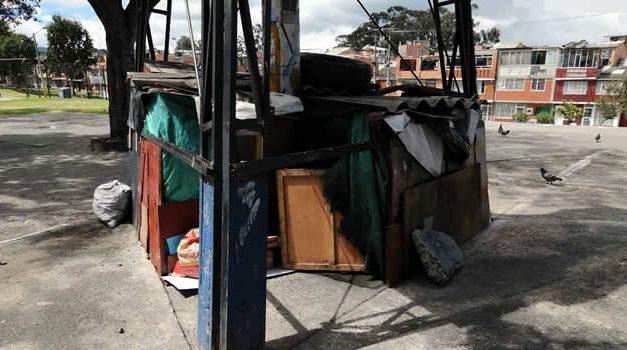 De no creer, persona instaló vivienda  debajo de un poste de energía en un parque  de Soacha