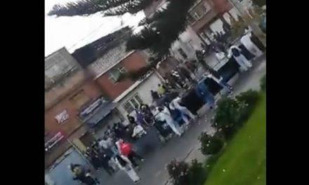 Hinchas de Millonarios defienden a policías en un CAI de Bogotá