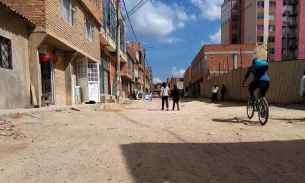 Vías destruidas en barrio de Soacha y servicios públicos llegan por las nubes