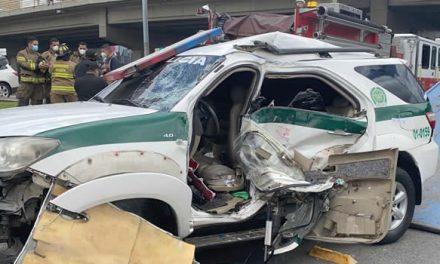 Delicado accidente entre bus de Transmilenio y patrulla de la Policía en Bogotá