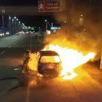 Se incendia vehículo en la autopista Sur frente a Eternit