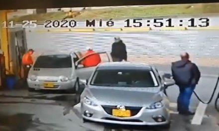 Entró a tanquear y resultó atracado por tres delincuentes en Bogotá