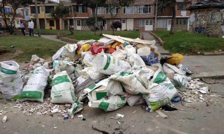 Basuras y escombros invaden las calles de Soacha, señalan a vecinos incultos y a la  empresa de aseo