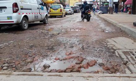 Décadas sin mantenimiento del pavimento ni aguas residuales en la calle 15 de Soacha