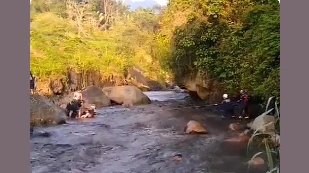 Por no hacer caso y omitir la alerta naranja, quedaron atrapados en el río Apulo