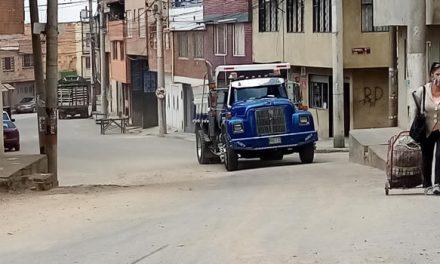 Ni con tutela lograron sacar el tráfico pesado que daña vías y agrieta casas en un sector de Soacha