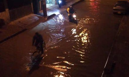 Calles inundadas y alcantarillado colapsado por fuerte aguacero en Soacha
