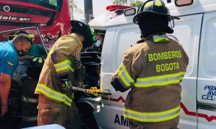 Dos heridos deja choque entre ambulancia y bus de Transmilenio en Bogotá