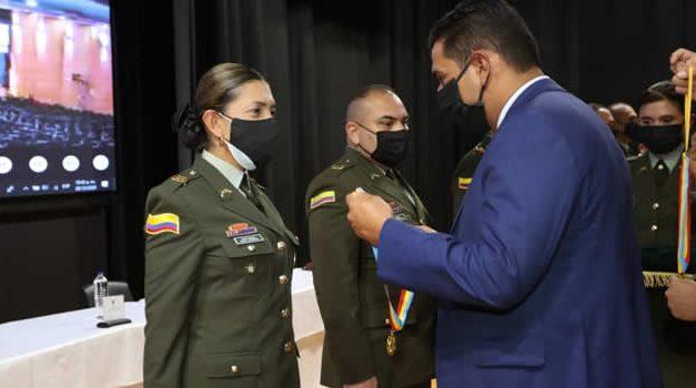 Gobernación de Cundinamarca condecora a miembros de la Policía en sus 129 años de creación