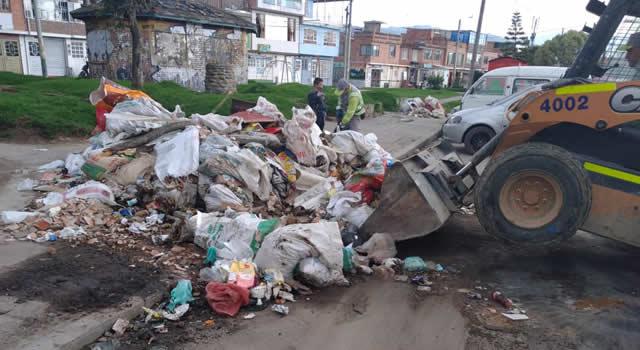 Tras denuncias de comunidad, Urbaser recogió escombros abandonados en una calle de Soacha