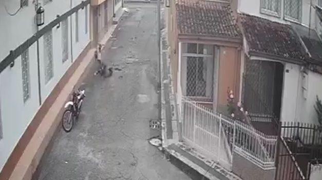 En video quedó registrada brutal golpiza a una mujer en plena vía pública