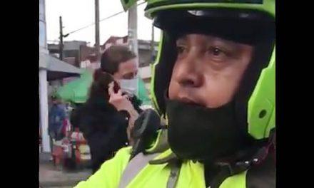 En Video. Mujer asegura que recibe comparendo por solicitarle a policía que se ponga el tapabocas