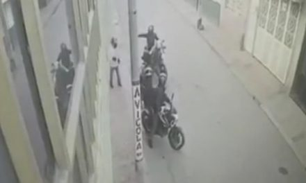 Le apuntan con  pistolas y le roban la moto frente a su casa en Soacha