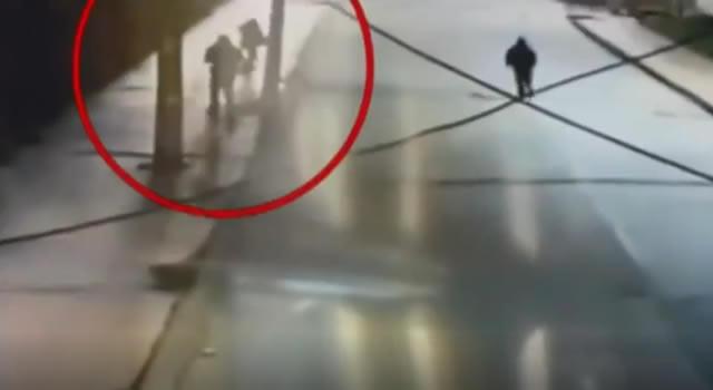 En video se registra agresión y robo a una mujer en Bogotá