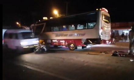 [VIDEO]  En vivo se registra cuando camioneta Carry atropella moto accidentada