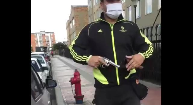 [VIDEO] Con arma de fuego amenazan a dos grafiteros por querer pintar un muro en Bogotá