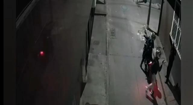 [VIDEO] Delincuentes en moto cometen otros dos atracos en Bogotá