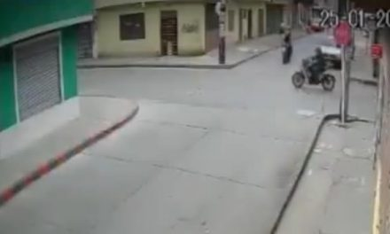 [VIDEO] Ladrones se robaron un celular y al escapar, mire lo que les pasó