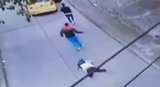 [VIDEO] Ladrones se bajan de un taxi, golpean y arrastran a una mujer por robarla
