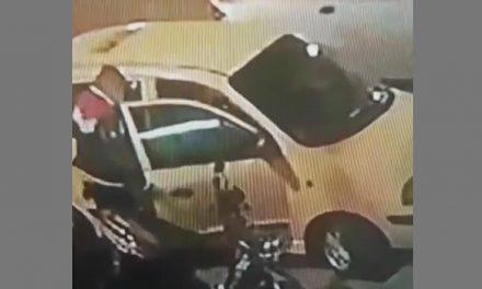 [VIDEO] En segundos ladrón abre los carros en Soacha