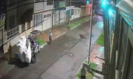 [VIDEO] En pleno Toque de Queda, delincuentes roban local comercial en vehículo de reciclaje