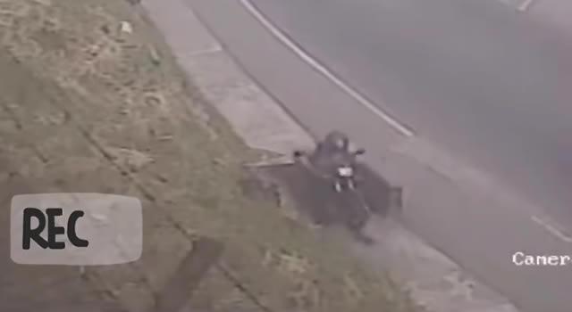 Motociclista en reversa cae a alcantarilla