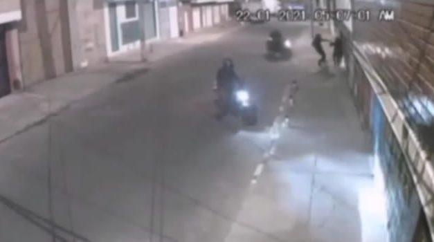 [VIDEO]  Delincuentes en moto atacan y roban a mujer en Bogotá