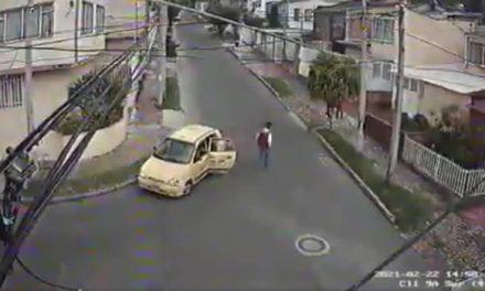 [VIDEO]  Ladrones en taxi atracan a dos transeúntes en Bogotá