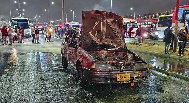[VIDEO] Se incendia vehículo en la autopista Sur de Soacha