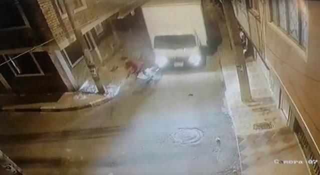[VIDEO] Furgón atropella ciclista en Soacha y lo abandona en plena vía