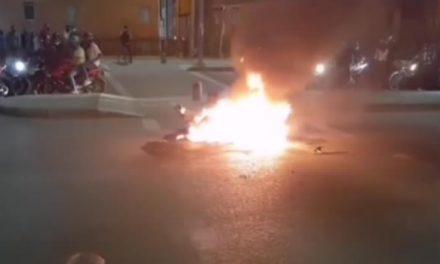 [VIDEO] Ciudadanos enfurecidos queman moto de presuntos ladrones en Bosa