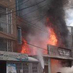 [VIDEO]  Controlado incendio en fábrica de telas y colchonería de Bogotá