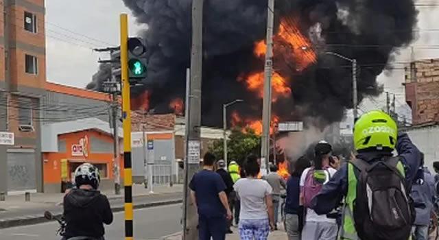 [VIDEO] Seis viviendas, dos locales y carros afectados deja incendio de bodega en Bogotá