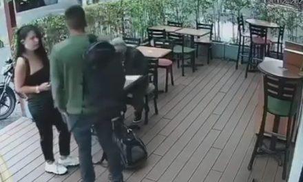 Mire cómo estos dos jóvenes logran hurtar un morral