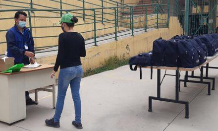 Organización humanitaria entrega kits escolares en Cazuca