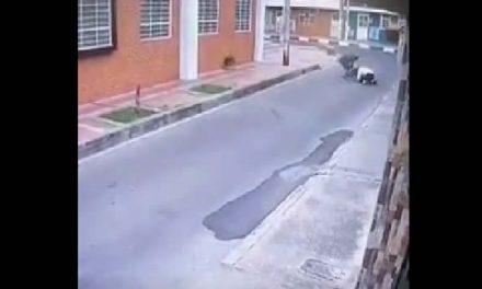 Ladrón golpea y arrastra a una mujer por robarla en Bogotá