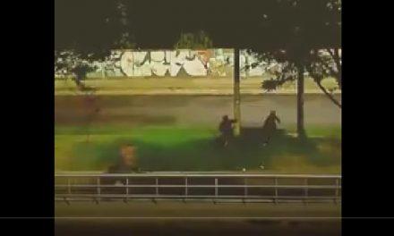 [VIDEO] Lanzando varillas y palos intentan robar a un ciclista en Bogotá