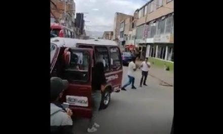 [VIDEO] A puños y patadas se enfrentan dos conductores en Soacha
