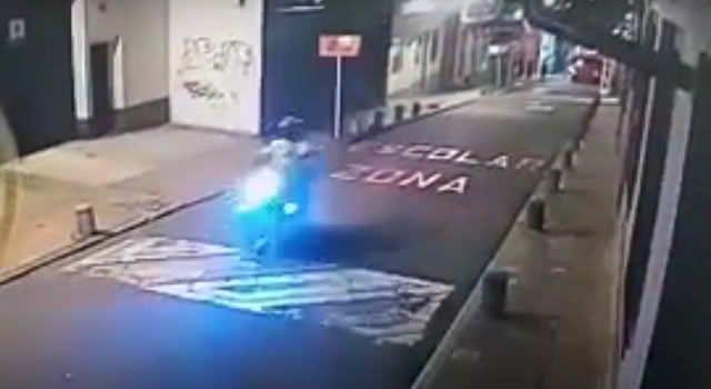 [VIDEO] Conductor atropella a policía y lo arrastra varios metros en calle de Bogotá