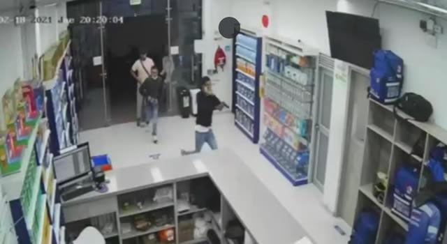 [VIDEO] Capturan delincuentes que robaron farmacia en barrio de Suba