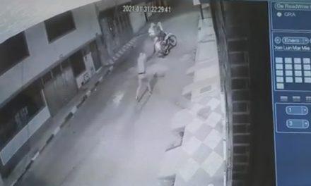 [VIDEO]  A tiros fueron recibidos policías cuando requieren a un sujeto en calle de Soacha