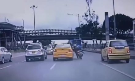[VIDEO] Como de película este taxista causó estragos por la NQS de Bogotá
