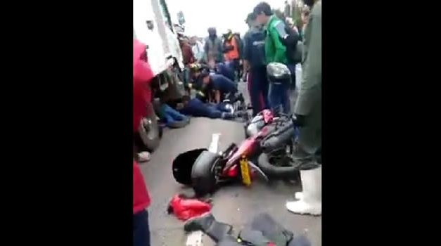 [VIDEO] Por culpa de un hueco, furgón pasó por encima de un motociclista en Bogotá