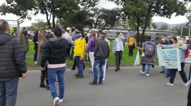 Comunidad sorda bloqueó Transmilenio por la Calle 26 de Bogotá