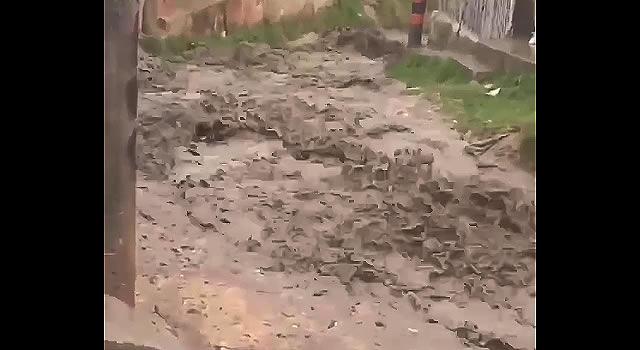 [VIDEO]  Así se transformó una calle de Soacha después del aguacero del miércoles